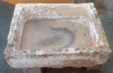 Pilón rectangular de piedra caliza. Mide 80 cm x 63 cm x 26 cm de alto.