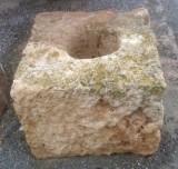 Pilón cuadrado de piedra arenisca. Mide 54 cm x 54 cm x 40 cm de alto.