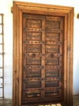 Puerta de madera antigua de 2 hojas. Mide 1,35 cm x 2,27 cm de alta