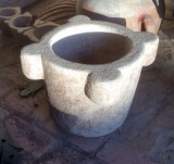Mortero de piedra. Mide 47 cm de diámetro exterior x 32 cm de alto