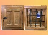 Ventana de madera con reja, con cristal, con contraventana. Mide 60 cm x 60 cm