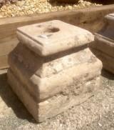 Base de piedra antigua. Mide 30x30x28 cm de alta.