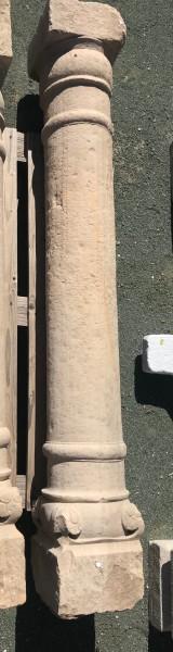 Columna de piedra antigua de una pieza. Mide 1,74 cm de alta.