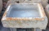 Pilón rectangular de piedra arenisca. Mide 80 cm x 60 cm x 24 cm de alto.