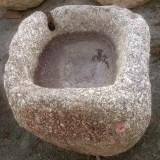 Pilón cuadrado de granito. Mide 73 cm x 65 cm x 60 cm de alto