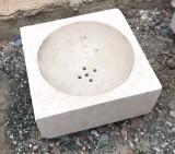 Lavabo de piedra antiguo. Mide 32 cm x 32 cm x 14 cm de alto.