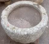 Pilón redondo de granito. Mide 70 cm de diámetro x 30 cm de alto.