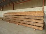 Vigas macizas de madera de pino. Miden 30x30 y 8 ml