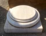 Base de mármol blanco Macael acabado apomazado. Mide 45x45x16 cm de alto.