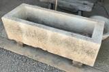 Pilón de piedra rectangular de piedra arenisca abujardado. Mide 1.31 cm x 50 cm x 40 cm de alto.