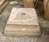 Base de piedra antigua. Mide 39x3615 de alta.