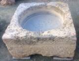 Pilón cuadrado de piedra arenisca. Mide 80 cm x 80 cm x 40 de alto.