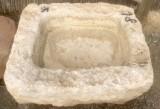 Pila de piedra viva. Mide 75 cm x 66 cm x 30 cm de alta x 18 cm de profundidad.