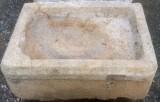 Pila de piedra viva. Mide 59 cm x 42 cm x 31 cm de alto.