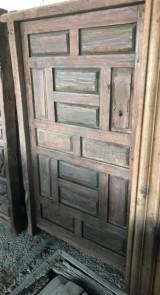 Puerta de madera antigua. Mide 1.30 cm de ancha x 1.66 cm de alta