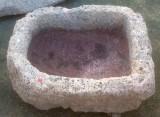 Pilón redondo de piedra viva, mide 58 cm x 47 cm x 20 cm de alto.
