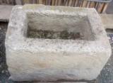 Pila de piedra arenisca. Mide 64 cm x 44 cm x 39 cm de alta.