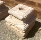 Base de piedra antigua. Mide 28x28x27 cm de alta.