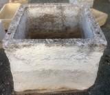 Pilón cuadrado de piedra caliza. Mide 90 cm x 90 cm x 68 cm de alto.