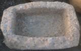 Pila de piedra de rambla. Mide 76 cm x 51 cm x 23 cm de alta