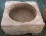 Pilón cuadrado de piedra rojiza mide 74 cm x 74 cm x 33 cm de alto
