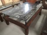 Mesa de centro, con reja antigua y madera. Mide 1,34 cm x 84 cm x 50 cm de alta.