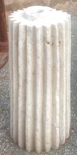 Rulo estriado de piedra caliza. Mide 33 cm de diámetro x 78 cm de alto.
