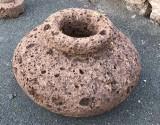 Macetero de piedra italiana, mide 57 cm de diámetro x 40 cm de alto