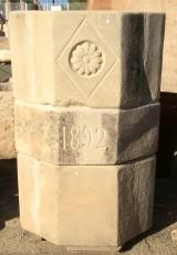 Pozo de piedra natural en varias piezas. Mide 1,07 cm altura x 70 cm de diámetro.