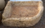 Pila de piedra viva. Mide 85 cm x 57 cm x 30 cm de alta.