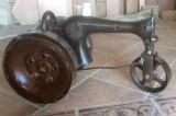 Máquina de coser antigua hecha tractor con piezas recicladas. Mide 70 cm x 37 cm x 42 cm de alto.