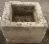 Pila de piedra arenisca. Mide 54 cm x 52 cm x 45 cm de alta