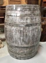 Tonel de madera de roble, acabado envejecido, mide 91 cm de altura.