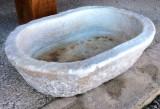 Pila de mármol antigua ovalada. Mide 64 cm x 45 cm x 16 cm de alta