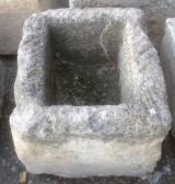 Pila de piedra arenisca. Mide 58 cm x 50 cm x 42 cm de alta