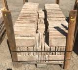 Ladrillo de suelo antiguo. Mide 30 cm x 14 cm x 3 cm. En stock hay 10.08 m2