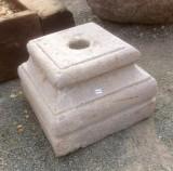 Base de piedra antigua. Mide 35x35x25 cm de alta.