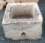 Pilón cuadrado de piedra arenisca. Mide 60 cm x 60 cm x 40 cm de alto