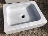 Fregadero de un seno en mármol blanco Macael. Mide 50 cm largo x 40 cm ancho x 14 cm alto.