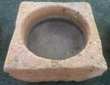 Pilón cuadrado de piedra rojiza mide 73 cm x 73 cm x 30 cm de alto.