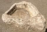 Pilón irregular de piedra roca, muy decorativo en cualquier jardín. Mide 1,10 cm x 90 cm x 30 cm de alto