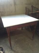 Mesa de madera pino rojo con tablero de mármol blanco Macael. Mide 84 cm x 84 cm x 73 cm de alto