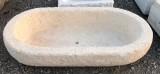 Pila de piedra arenisca ovalada. Mide 86 cm x 49 cm x 20 cm de alta
