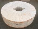 Piedra de molino de piedra viva. Mide 1.21 cm de diámetro x 31 cm de grueso