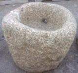 Pilón redondo de granito. Mide 70 cm de diámetro x 60 cm de alto.