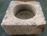 Pilón cuadrado de piedra rojiza mide 84 cm x 83 cm x 47 cm de alto.