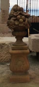 Figura de piedra y terracota con pedestal. Mide: 30x30 y 1,10 de altura