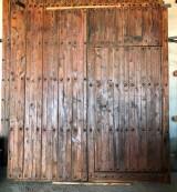 Puerta de clavos en 2 hojas, lleva 4 garras a la pared. Mide 2.53 cm de alta x 2.35 cm de ancha. Tiene de paso 1.81 cm x 97 cm