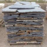 Palets de piedra azul natural, a 20 m2 cada uno. Se puede usar como zócalo o suelo.