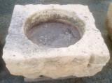 Pilón cuadrado de piedra arenisca. Mide 93 cm x 86 m x 40 cm de alto